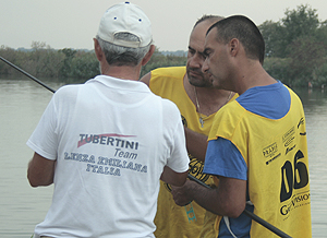 Ferruccio Gabba discusses something about his rigs with the Ukraine's Sergii Burdak and one of the Tubertini Lenza Emilliana team members.